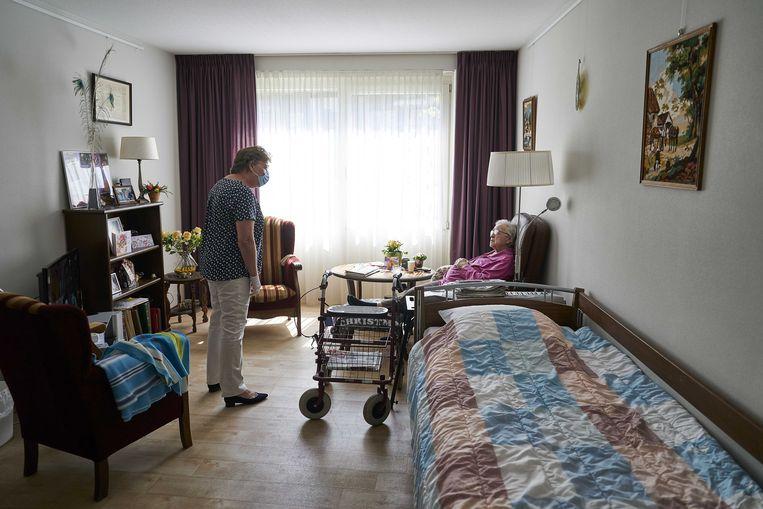 Verpleeghuizen mogen weer bezoek ontvangen, zij het volgens strikte regels.  Beeld ANP
