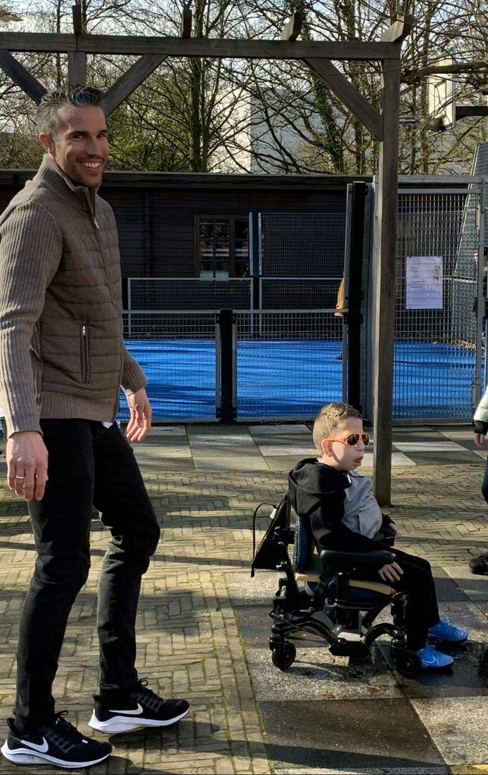 Robin van Persie en Teun op de mytylschool De Thermiek in Leiden. Van Persie kwam spontaan opdagen bij de spreekbeurt van de 8-jarige Teun uit Sassenheim.