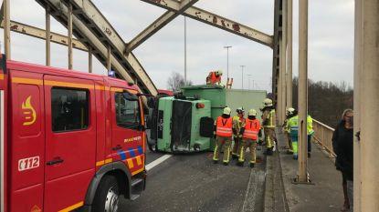 Vrachtwagen kantelt op brug E313 na ongeval in Massenhoven