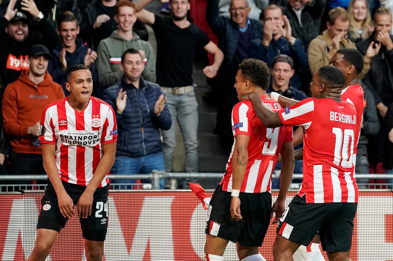 PSV-talenten Mohamed Ihattaren, Donyell Malen, Steven Bergwijn en Pablo Rosario vieren de 1-0 tegen Sporting.