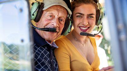 """René uit 'De Wereld Rond Met 80-jarigen' reist met de foto van zijn overleden vrouw: """"Onze reis naar Hollywood is er nooit van gekomen"""""""