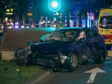 Auto over de kop bij Weena in Rotterdam