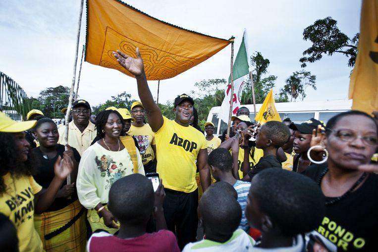 ABOP-leider Ronnie Brunswijk wordt ontvangen in het Surinaamse district Brokopondo. Beeld Guus Dubbelman/de Volkskrant