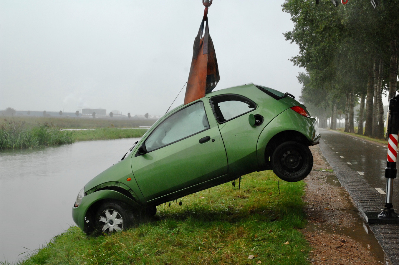 De wagen is uit de Linge getakeld.