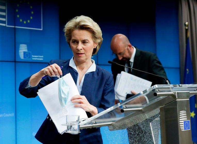 Europees Commissievoorzitster Ursula Von Der Leyen en Europese Raadsvoorzitter Charles Michel tijdens een persmoment na de videoconferentie.