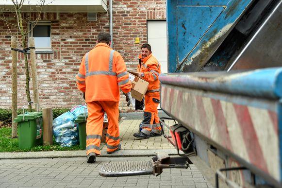 De ophalers van het huisvuil in actie.