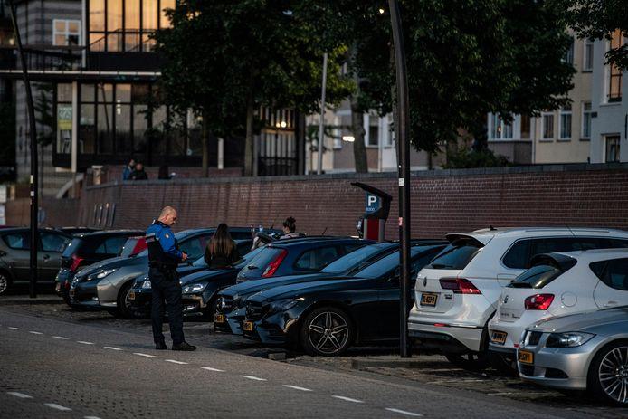 Toezichthouders schreven vrijdagavond meteen tientallen bekeuringen uit aan overlastgevende jongeren op de Waalkade in Nijmegen.