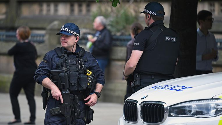 Gewapende politie op straat in Manchester na de aanslag. Beeld Getty Images