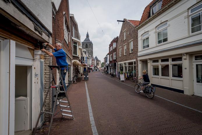 De Deurningerstraat in Oldenzaal wordt niet opengesteld voor eenrichtingsverkeer.  Een maatregel die overwogen werd om de straat aantrekkelijker te maken voor consumenten.