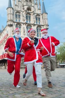 Duizend schaatsende kerstmannen op ijsbaan in Gouda voor plek in recordboek
