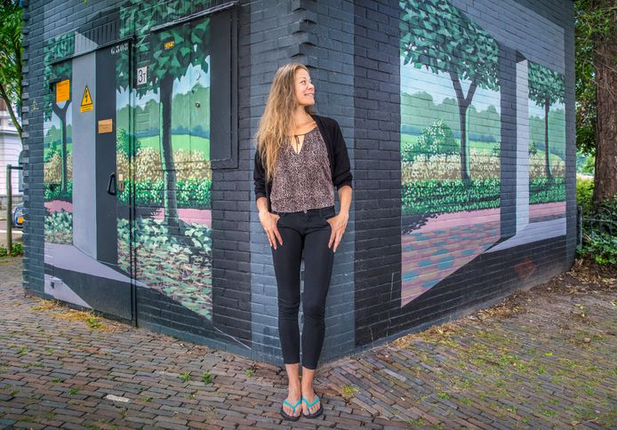 Denise Miltenburg fotografeert street art, zoals hier de de trompe-l'oeil van Jille van der Veen aan het Sweelinckplein.