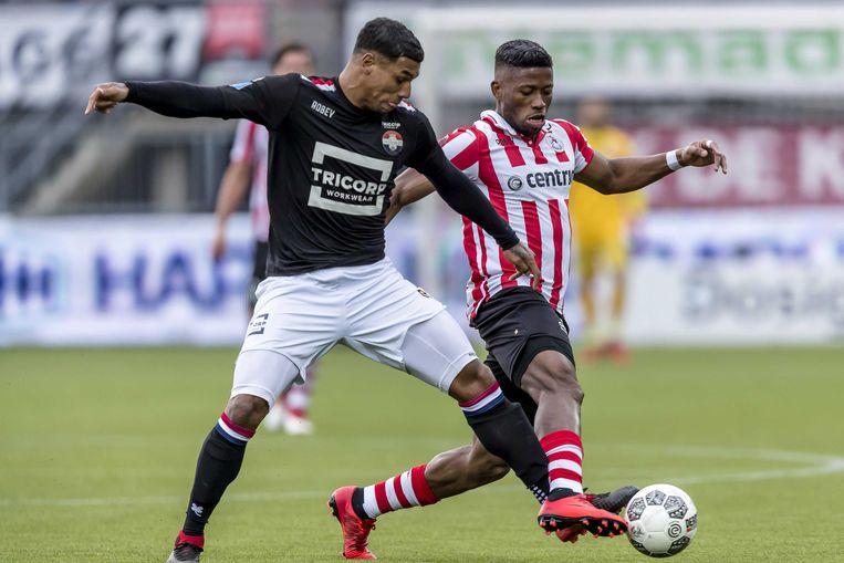 Duel tussen Willem II speler Darryl Lachman (links), Sparta speler Fred Friday Beeld ANP Pro Shots