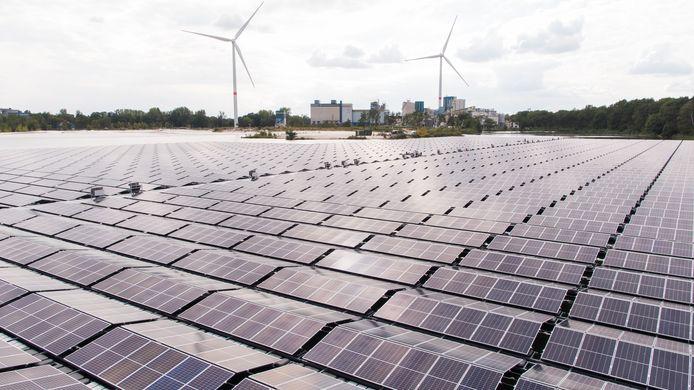 Het zonnepark aan de fabriek van Sibelco.