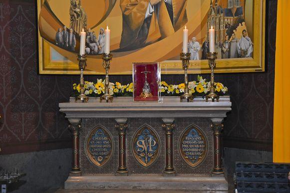 Het nieuwe altaar in de basiliek van Dadizele met centraal het relikwie
