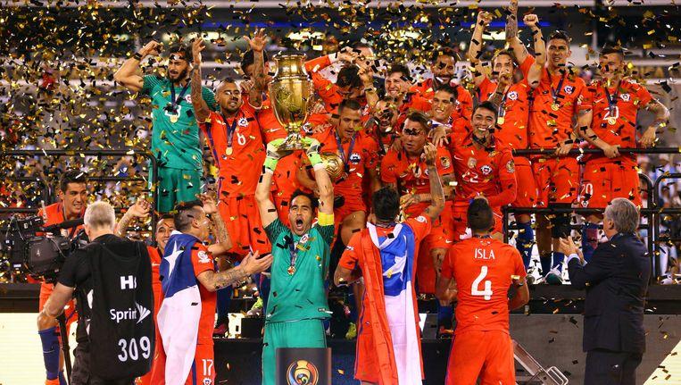 Het Chileense team viert de overwinning in de Copa América Beeld reuters