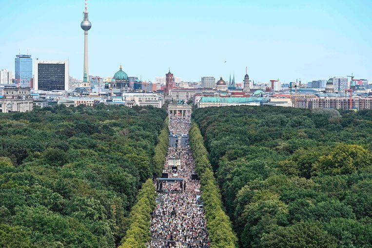 20.000 betogers waarvan het grote merendeel zonder mondmasker stapten mee aan de bekende laan Unter den LInden. Het leek wel de Love Parade.