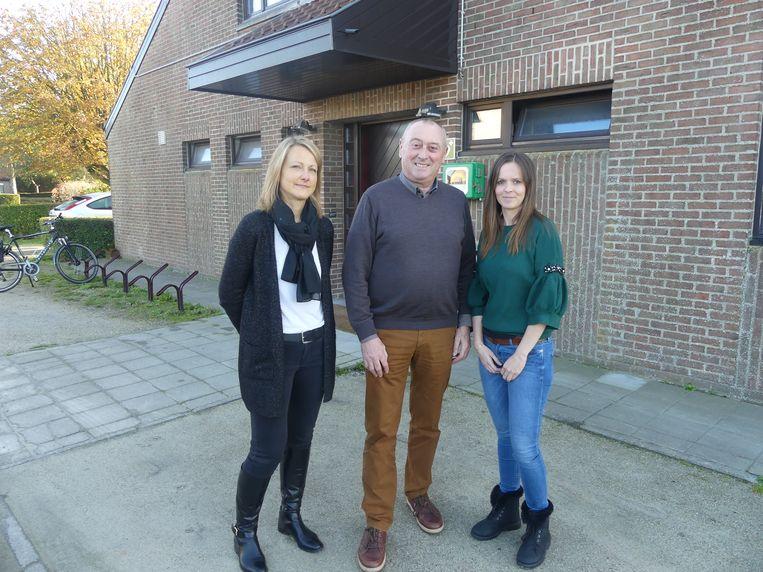 Ineke Poelman, schepen Luc De Meyer en Tine Van de Steene, coördinator van de poetsdienst.