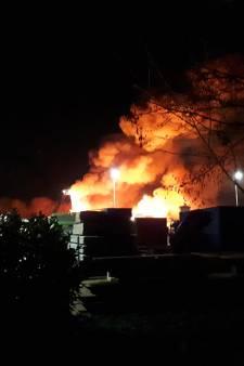 Zeer grote brand verwoest bedrijfspand in Stolwijk