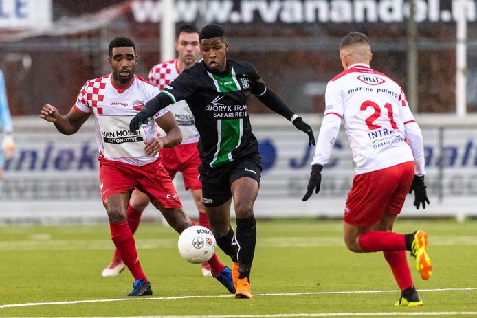 Brandon Robinson (midden) scoorde namens Scheveningen twee keer tegen Kozakken Boys.