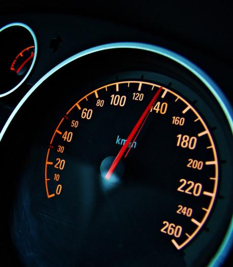 Automobilist racet met 136 km/h door Vreeswijkstraat