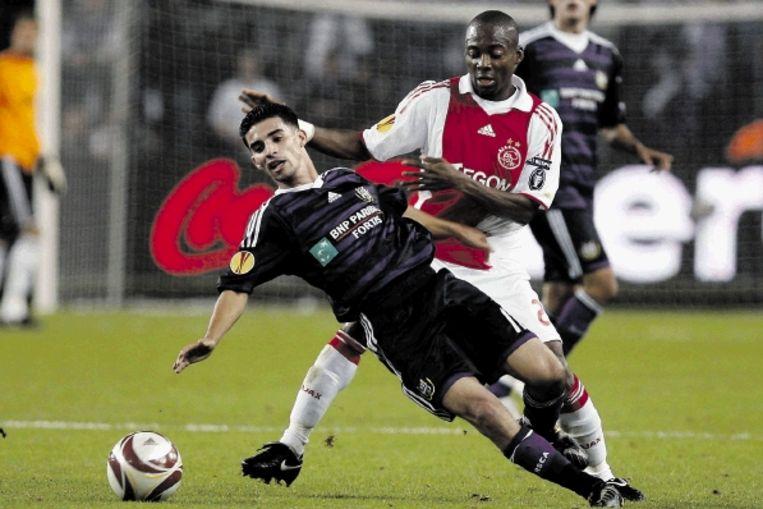 Anderlecht-spelmaker Boussoufa gaat onderuit in een duel met Enoh. (FOTO REUTERS) Beeld REUTERS