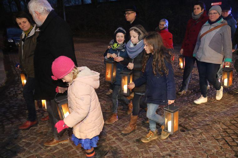 100 vrijwilligers brengen het licht naar de Ieperse markt