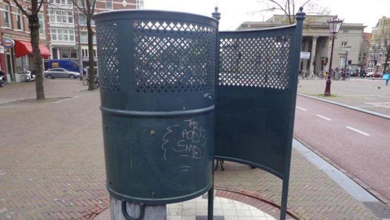 De krul op het Haarlemmerplein is een exacte kopie van het object dat Walbrecht aanbiedt Beeld Nico Walbrecht