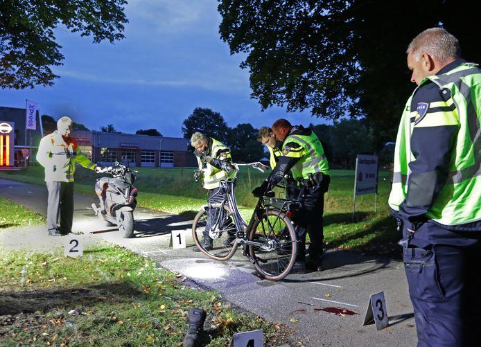 De brommerbestuurder en fietser kwamen frontaal met elkaar in botsing.