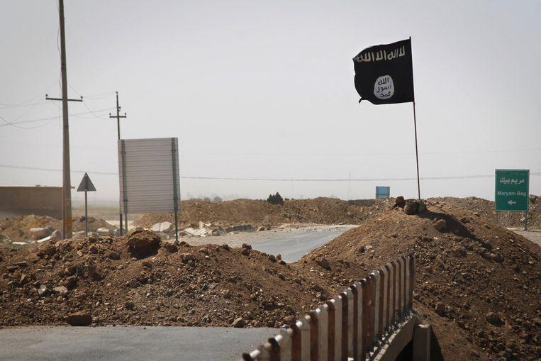 Een IS-vlag nabij de Iraakse stad Tikrit. Beeld afp