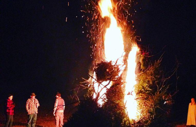 Met papier gevulde vogelverschrikkers worden om middernacht in brand gestoken in Ecuador.