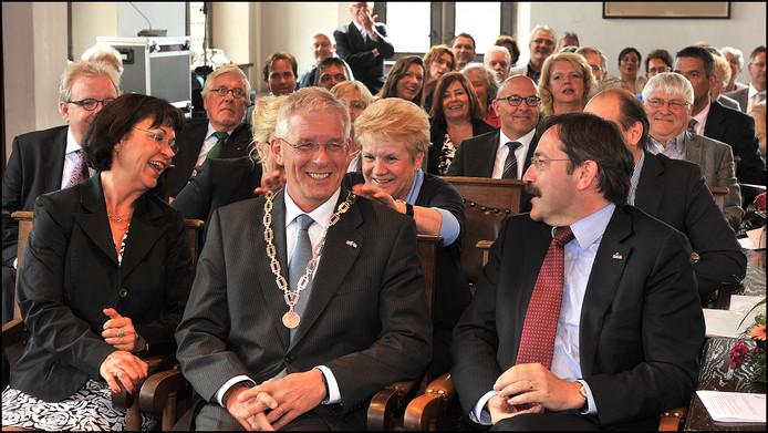 Peter de Koning tijdens zijn installatie als burgemeester in de raadzaal van het oude stadhuis van Gennep, juni 2012. Zijn voorganger Marlies de Loo zit pal achter hem. Rechts zit de Limburgse gouverneur Theo Bovens.