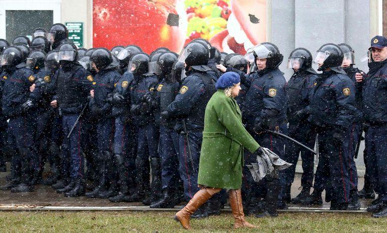Vooral in Minsk hadden de autoriteiten een enorme politiemacht op de been gebracht. Beeld reuters