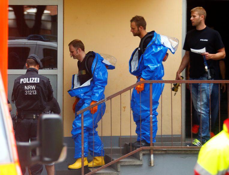Agenten in beschermpakken aan het appartement van Sief Allah H. in Keulen.