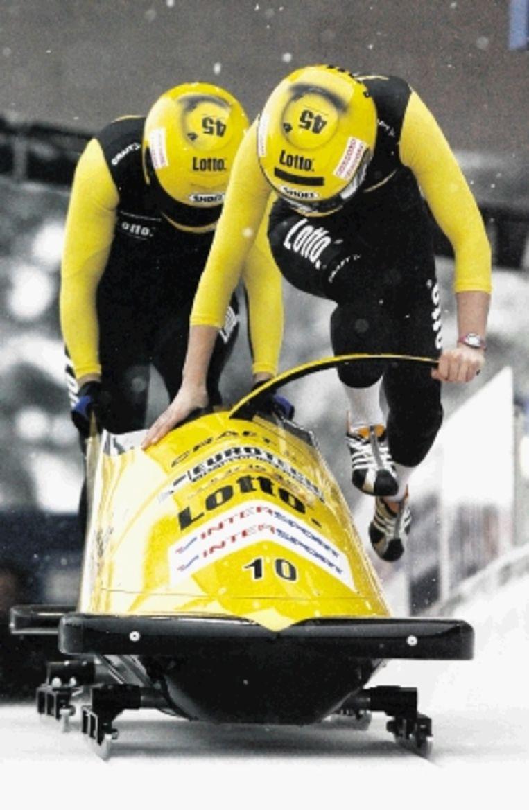 Veenstra (links) en Kamphuis bij de start van hun eerste run. (FOTO EPA) Beeld