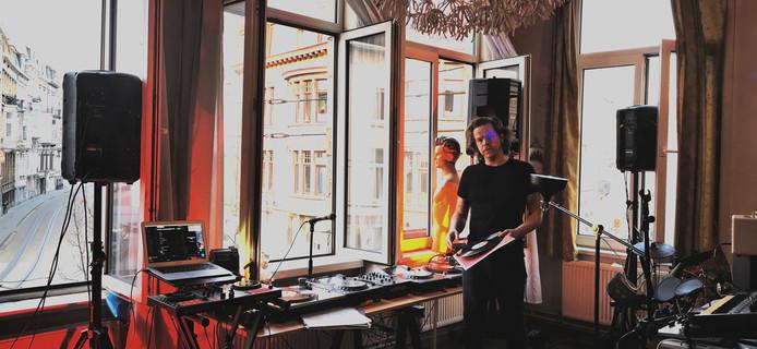 Tim Jansen, ofwel DJ Balkon, draait elke avond plaatjes voor zijn buren.