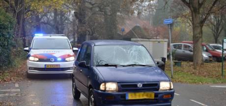 Fietser klapt tegen voorruit van auto en raakt gewond in Wenum-Wiesel