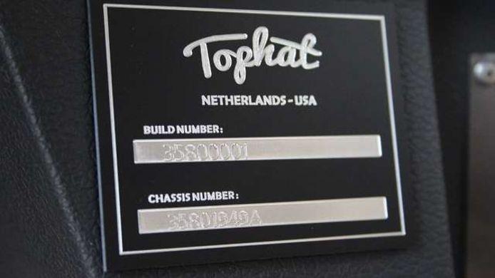 De auto krijgt van Tophat een eigen chassisnummer.