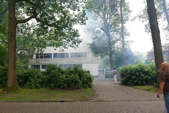 Er komt rook uit de woning.