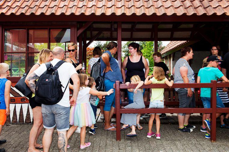 Mensen staan in de rij in pretpark Hellendoorn. Beeld Renate Beense