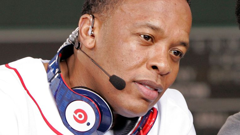 Dr. Dre met zijn bekende Beats-hoofdtelefoon.
