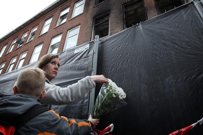 Soraya Burgmeijer Karssen (34) brengt bloemen bij de Hilledijk.