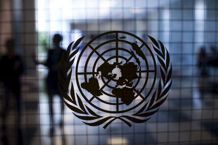 Het logo van de Verenigde Staten op de deur van het hoofdkwartier in New York. Beeld REUTERS