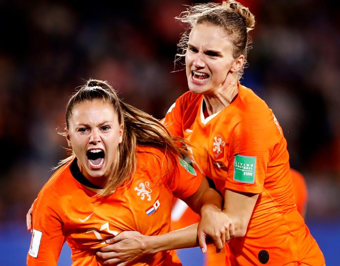 Vivianne Miedema is blij met de winnende goal van Lieke Martens die het uitschreeuwt van vreugde.