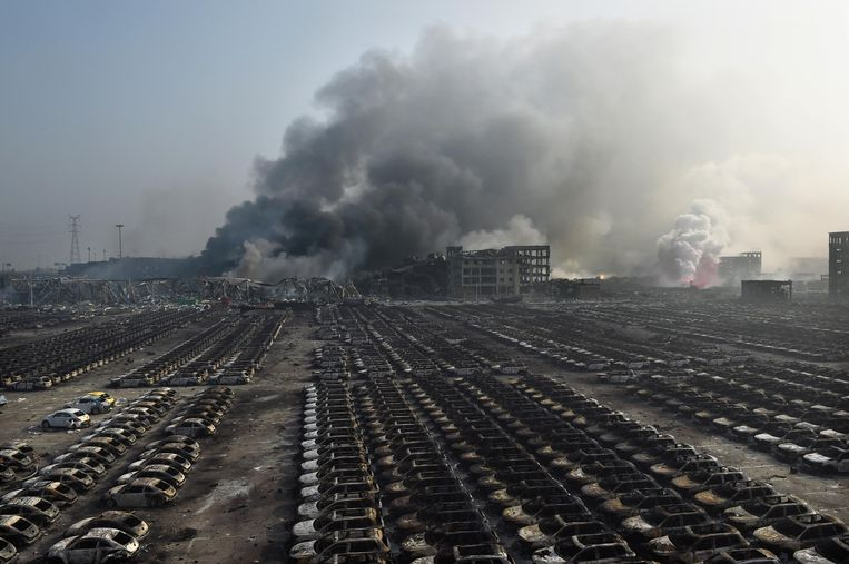 Nieuwe wagens op een haventerrein zijn door de explosies allemaal uitgebrand.