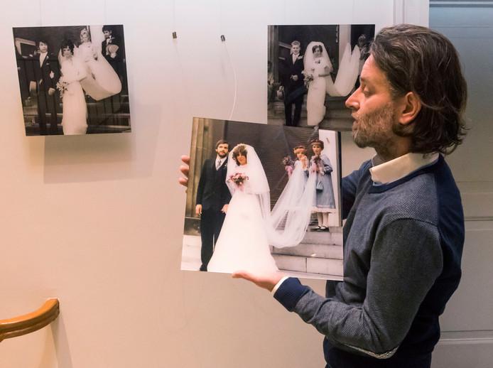 Marcel van den Broek maakte uit de 400 foto's een selectie voor de expositie in het Oude Stadhuis. ,,Mensen zijn er trots op als ze hier hangen.''