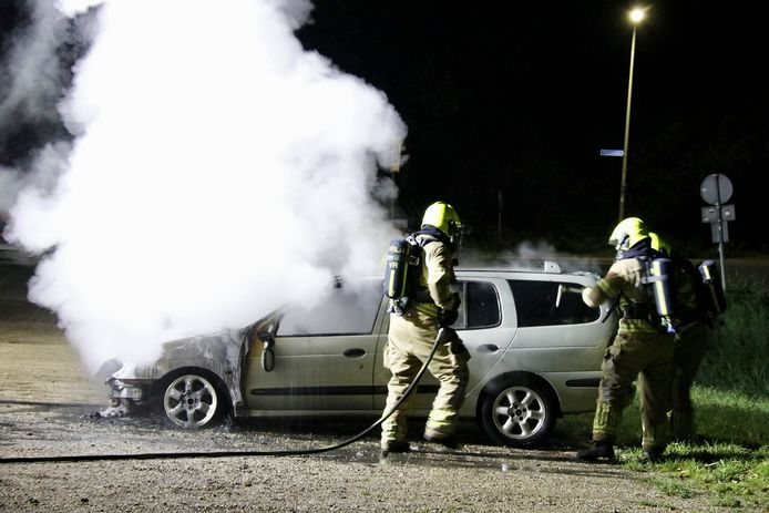 Een auto is uitgebrand op een parkeerplaats bij een restaurant aan de Zwarteweg in Milsbeek. De politie sluit brandstichting niet uit.