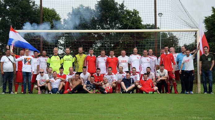 Spelers van de Black Devils poseren samen met hun nieuwe clubgenoten van The White Boys.