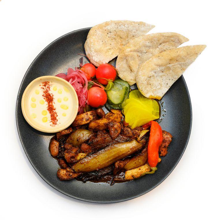Pitabroodje met Jeruzalem mixed grill.  Beeld Els Zweerink