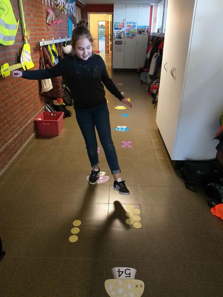Al springend en dansend leren de leerlingen alles over de maaltafels en splitsingen.