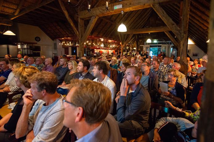 Omwonenden van de Bomhofsplas bij Haerst woonden dinsdagavond massaal een informatieavond bij over het verhogen van de bodem en het aanbrengen van zonnepanelen.